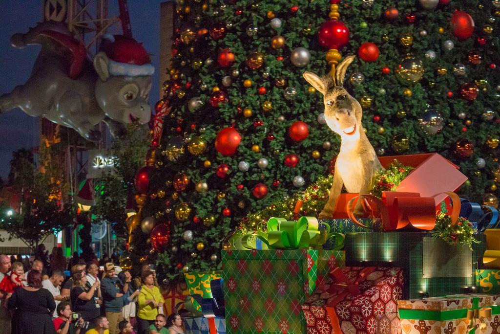 universals holiday parade featuring macys universal